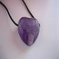 Herzanhänger mit Engelgravur aus Amethyst