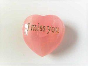 Edelstein Rosenquarz Herz bauchig, 45mm mit Gravur I miss you in Geschenkebox mit Kärtchen